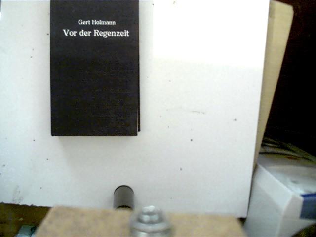 Vor der Regenzeit, Roman, 1. Auflage, Bibliotheksexemplar, der Buchdeckel ist etwas angeschmutzt, Stempel auf der Titelseite, Aufkleberrest auf der letzten Seite, ansonsten gutes Exemplar,