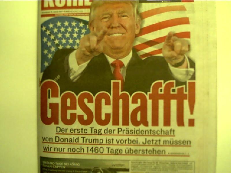 Geschafft! Der erste Tag der Präsidentschaft von Donald Trump ist vorbei. Jetzt müssen wir nur noch 1460 Tage überstehen - Berliner Kurier, 21. Januar 2017, Auf der Titelseite: Donald Trump, Originalausgabe,