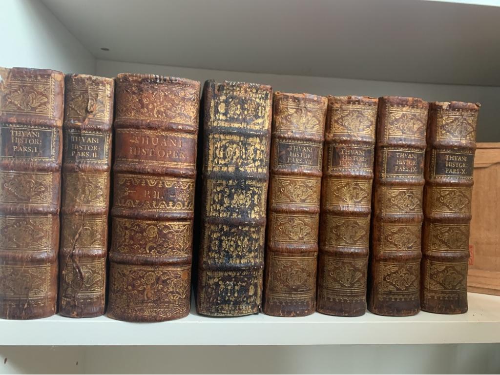 Thou, Jacques August de. Jac. Aug. Thuani Historiarum Superioris Seculi Operum Pars Prima; ...Secunda. Ab A.C.N. M.D.LXI. usque ad annum eiusdem seculi LXXIV.;  ... pars Tertia Ab. A.C.N. Ab A.C.N. MDLXXXV. Usque Ad Annum MDCVII. ; Accesserunt Commentariorum De Vita Sua Libri VI. hactenus nunquam editi; Pars Quarta. Ab A.C.N. MD.LXXXV. usq[ue] ad Annum MD.XCIV.  Pars Quinta. Ab A.C.N. MD.XCIV. usque ad Annum eiusdem seculi MDC.VII. 5 Teile in 8 Bände